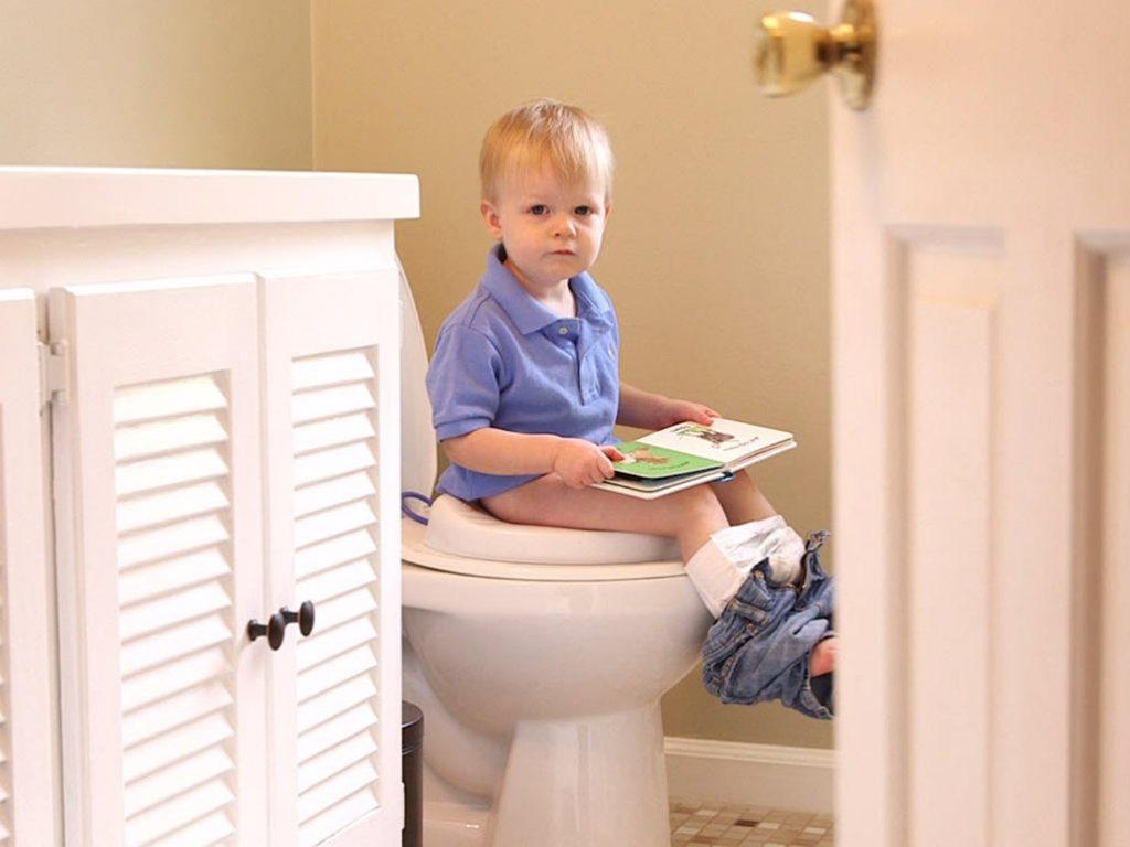 20 طريقة رائعة لتدريب الطفل علي الحمام