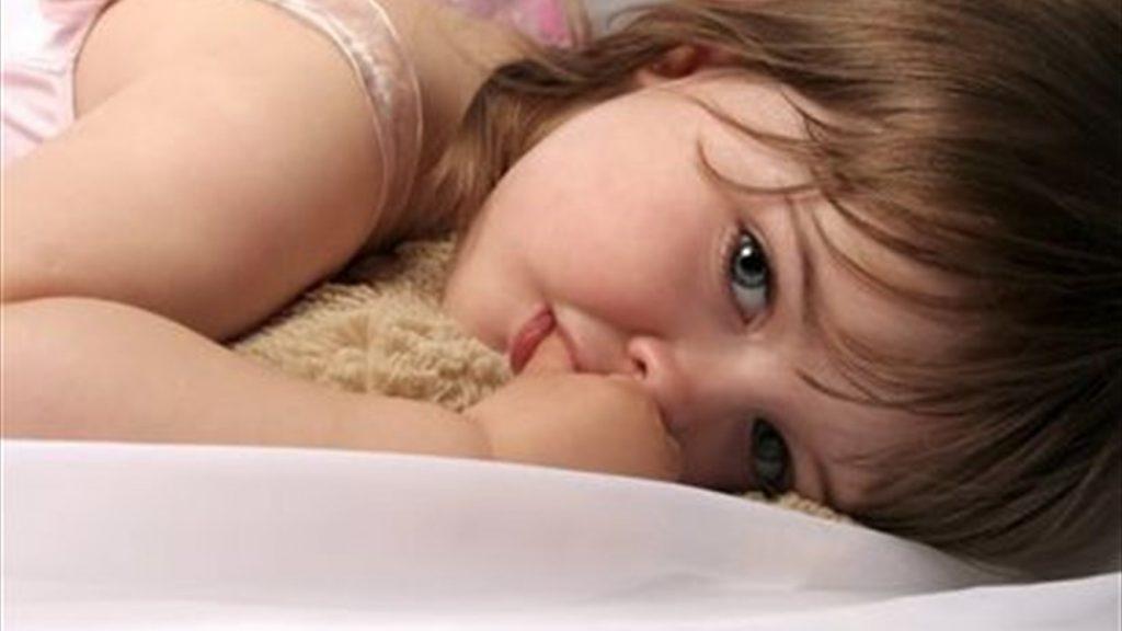مشكلة مص الأصابع عند الاطفال وكيفية التعامل معها