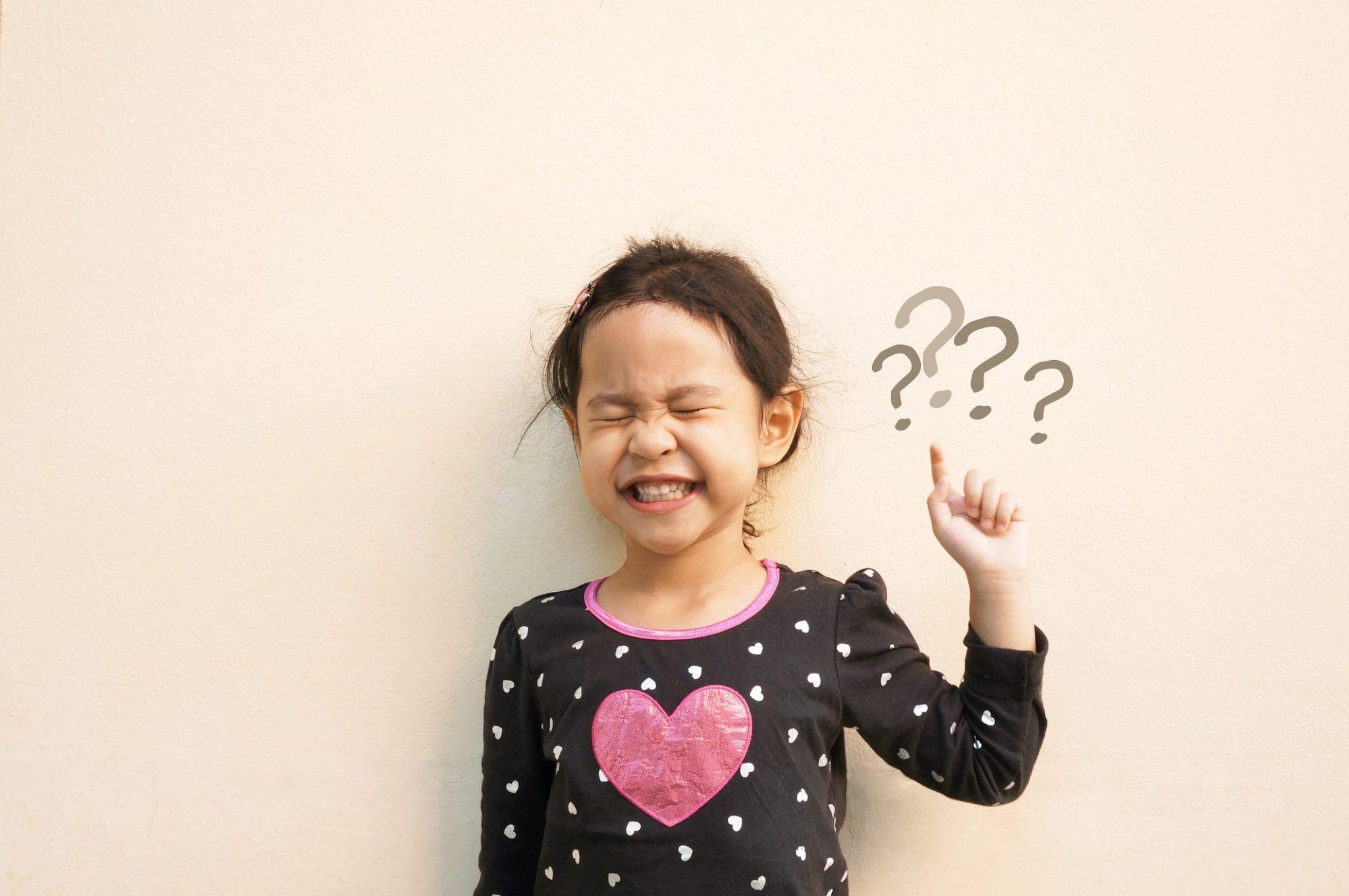 كيف تجيبين على أسئلة طفلك المحرجة؟