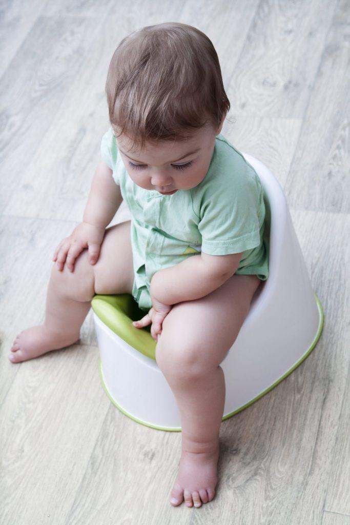لون براز الرضيع اخضر ورائحته كريهة