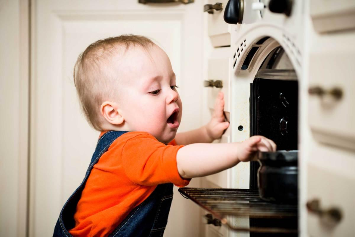 10 أخطار تهدد سلامة الأطفال في المنزل
