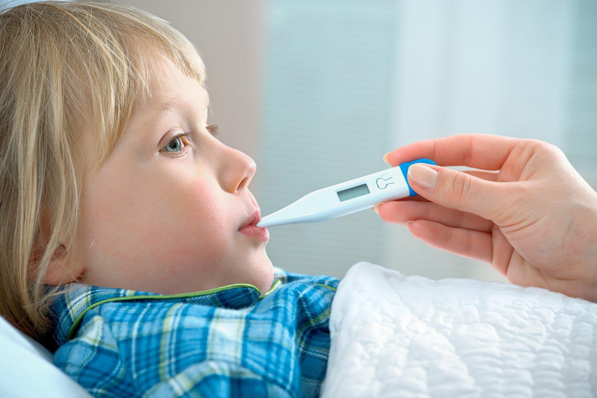 كيف تخفضين حرارة طفلك بدون استعمال ادوية