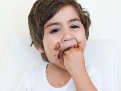 اسباب اكل الاطفال للتراب والطين