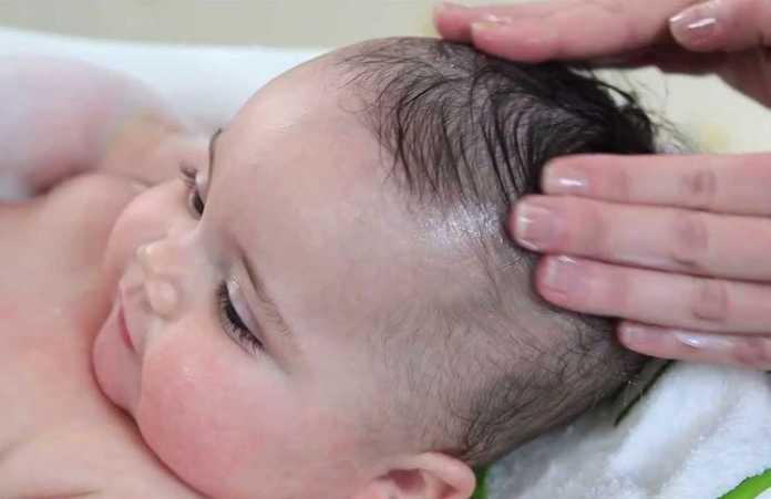 كيفية تنظيف قشرة راس الرضيع بطرق طبيعية