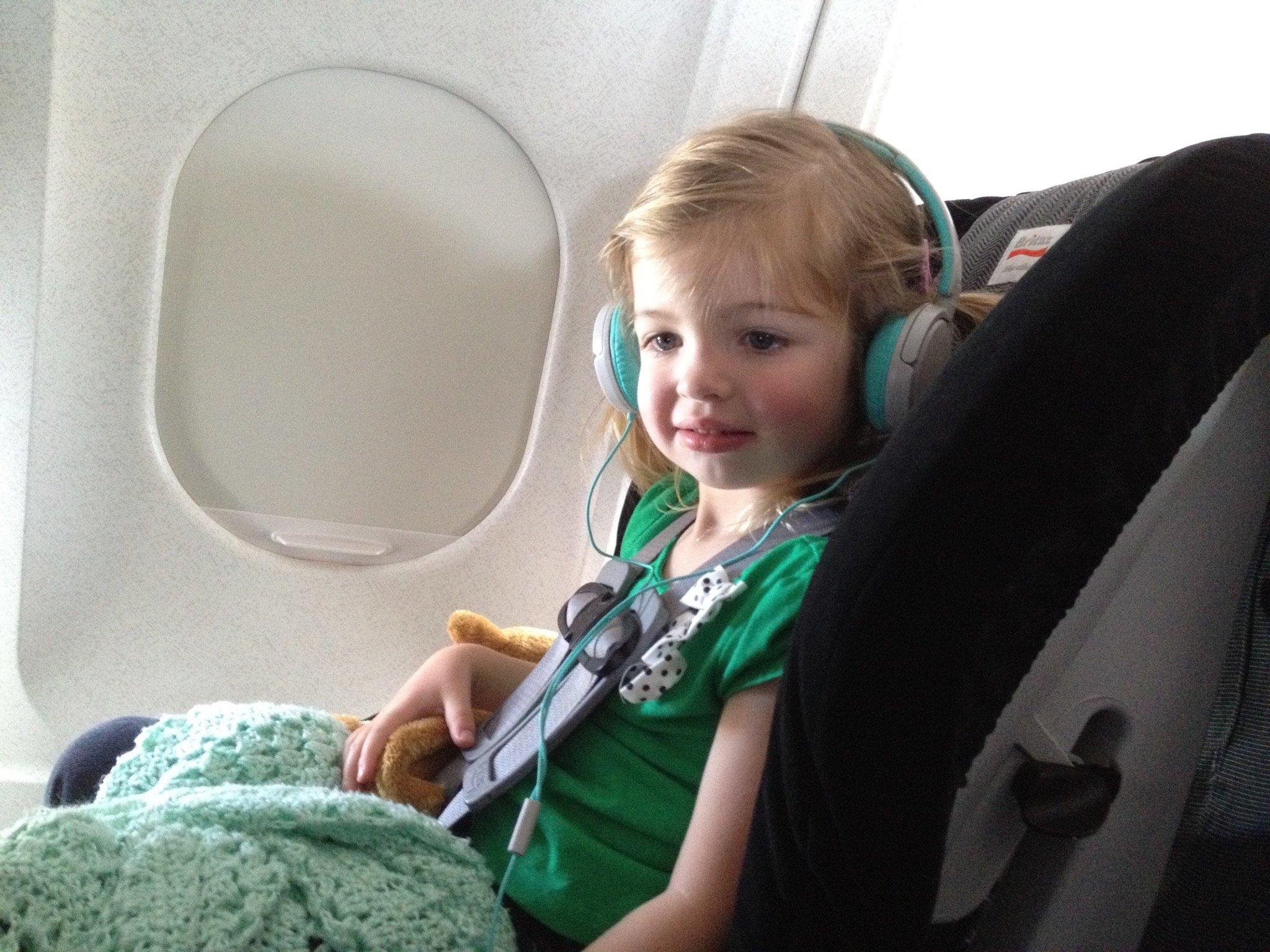 10 نصائح للتغلب على متاعب سفر الاطفال بالطائرة