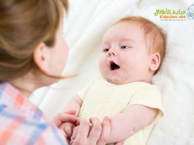 متي يبدأ الطفل الكلام ؟