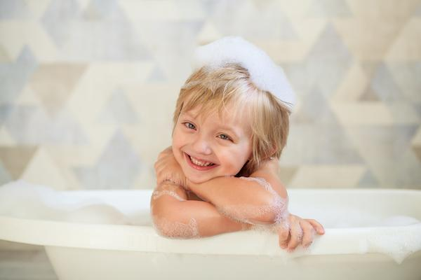 فتاة صغيرة مبتسمة