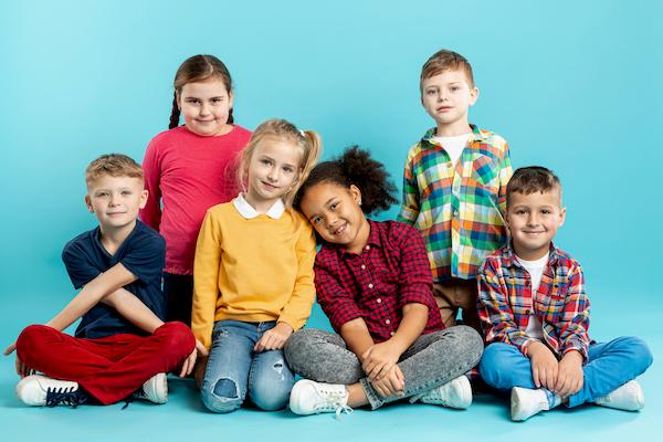 مجموعة اطفال في صورة جماعية بتسريحات شعر مختلفة