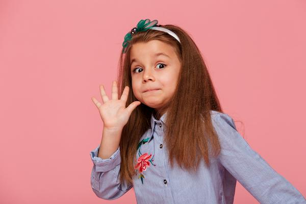 فتاة ذات شعر مموج